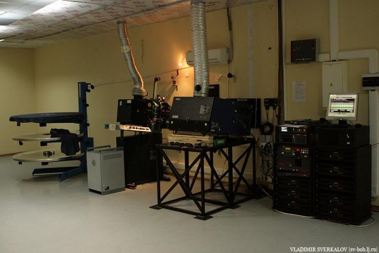 Слева плёночный проектор, а справа цифровой